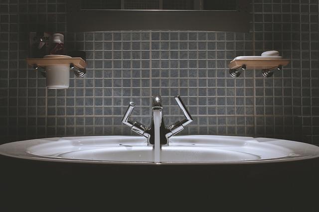 Come pulire le piastrelle del bagno consigli per una pulizia